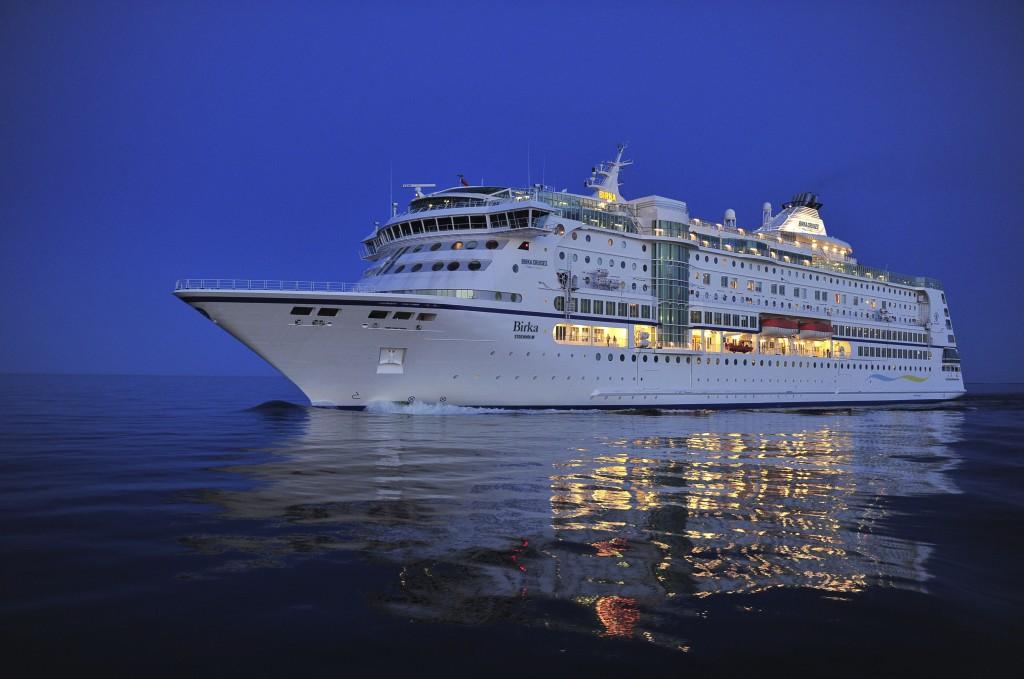 Fartyg snett framifrån kväll