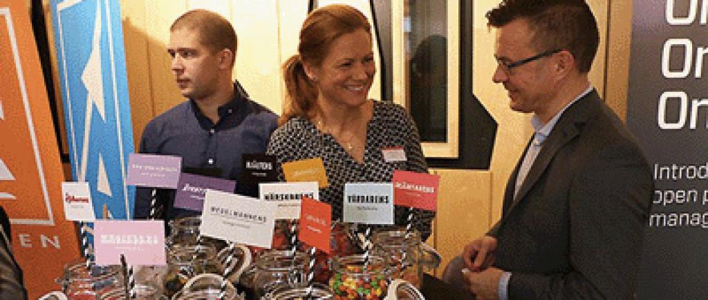 Jenny Ferry från Krux hade med sig ett helt godisbord för att testa företag och organisationer på hur de ser på sitt varumärke. Här är det Sven-Johan Hietala, Knowit, som låter sig smaka. foto: Mikael Hansson, Infotech Umeå