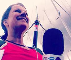 Ninni Udén fotograferad nerifrån vid mikrofonen