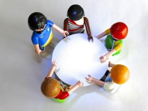 Playmobil-figurer runt ett bord.