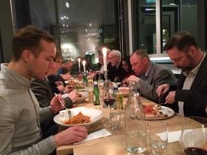 många äter mat på restaurang