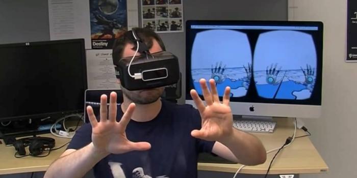 en man använder virtual reality