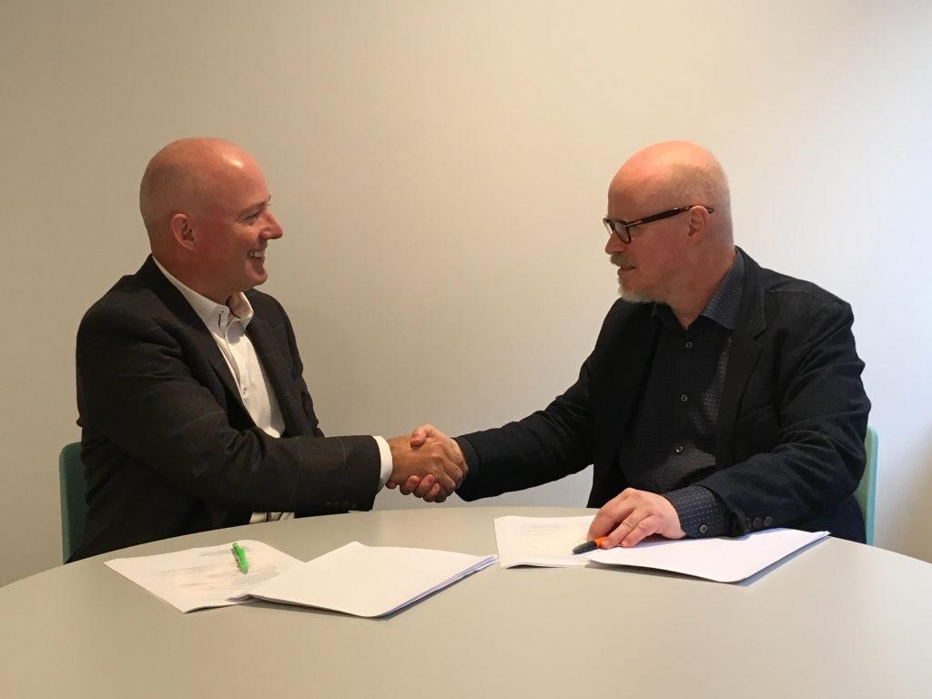 Paul Fletcher, CEO för BCS och Christer Berg, ordförande för Dataföreningen undertecknar samarbetsavtalet för CITP i Sverige.